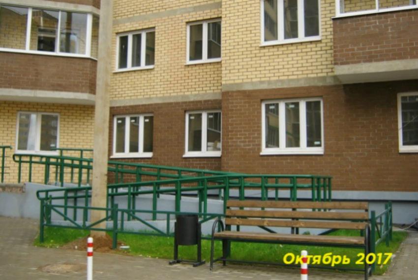 zhk-zelenyj-gorod - lavotchka, vkhod v dom dlya kolyasok